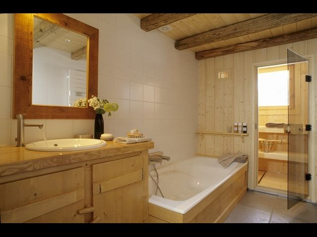 salle de bain avec sauna 15 decoration maison moderne. Black Bedroom Furniture Sets. Home Design Ideas